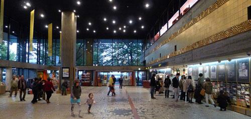 東京都台東区にある東京文化会館エントランスホール